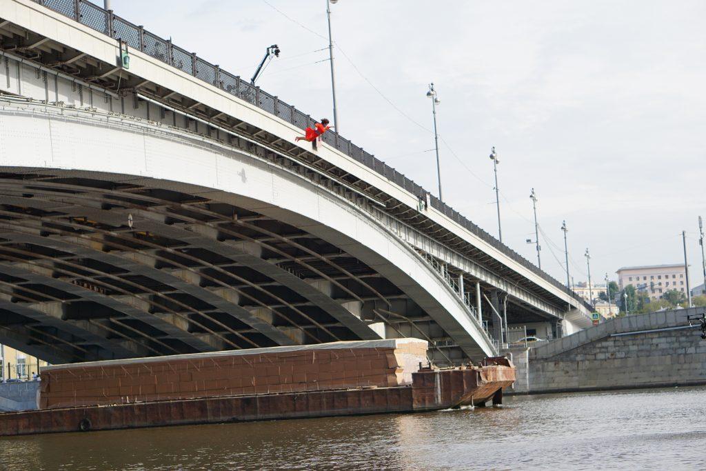 Каскадер падает с моста на баржу высотное падение