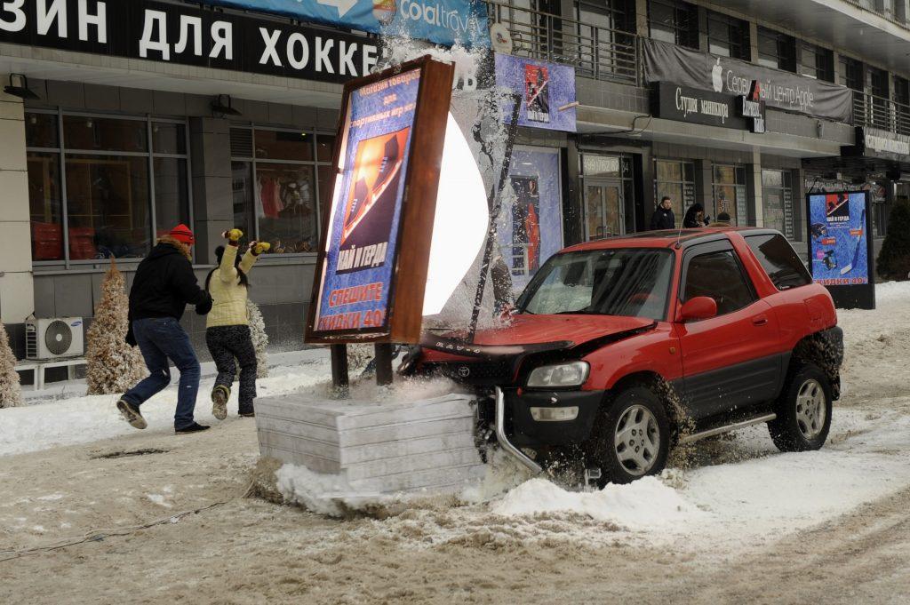Врезание машины в рекламный щит