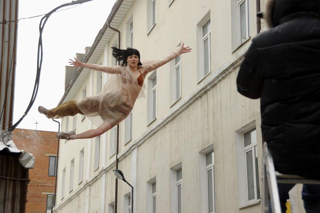 Прыжок девушки с крыши