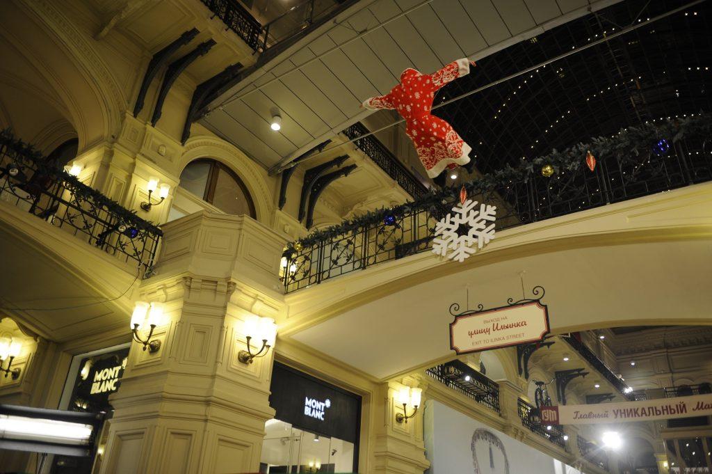 Падение Деда Мороза с балкона в ГУМе