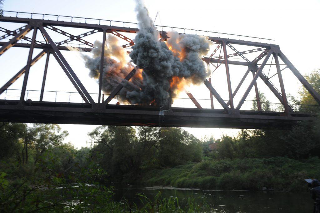 Прыжок с моста от взрыва