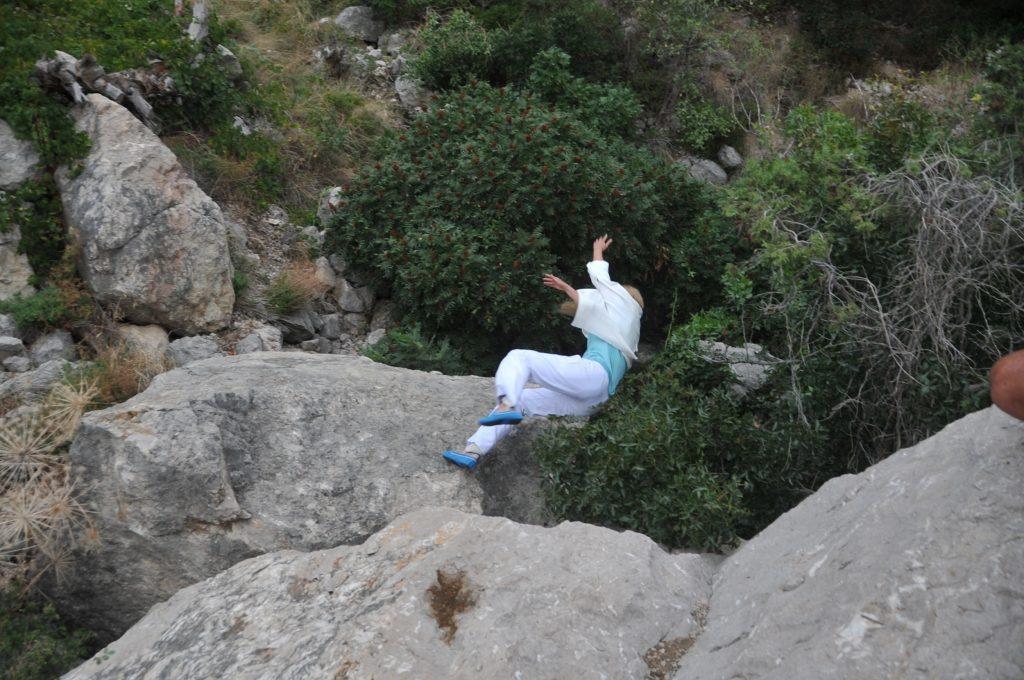 Падение дублерши со скалы.