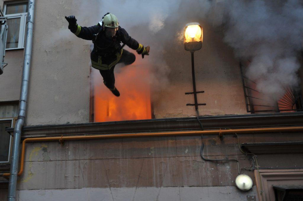 Пожарный вылетает из окна от взрыва
