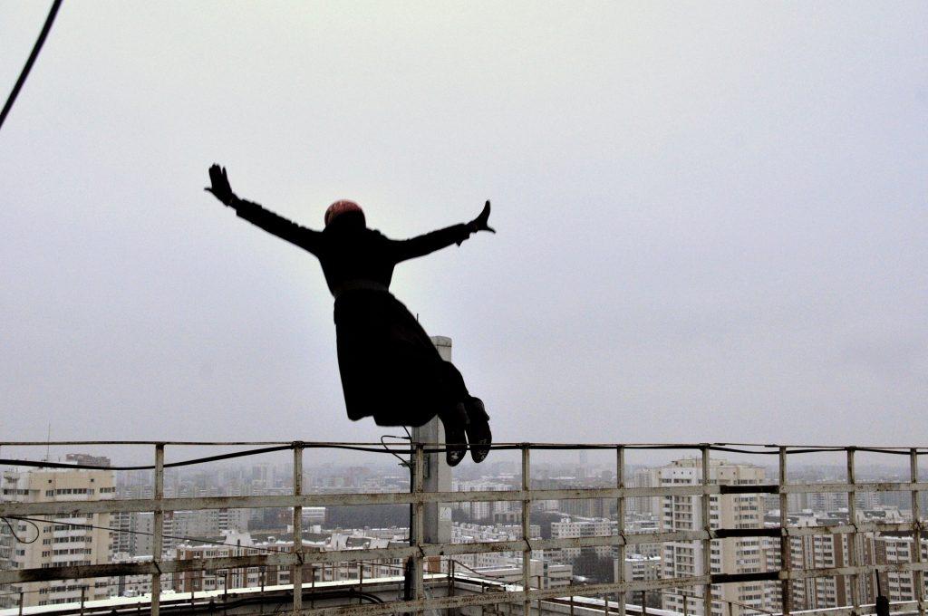Прыжок каскадерши на фоне Москвы