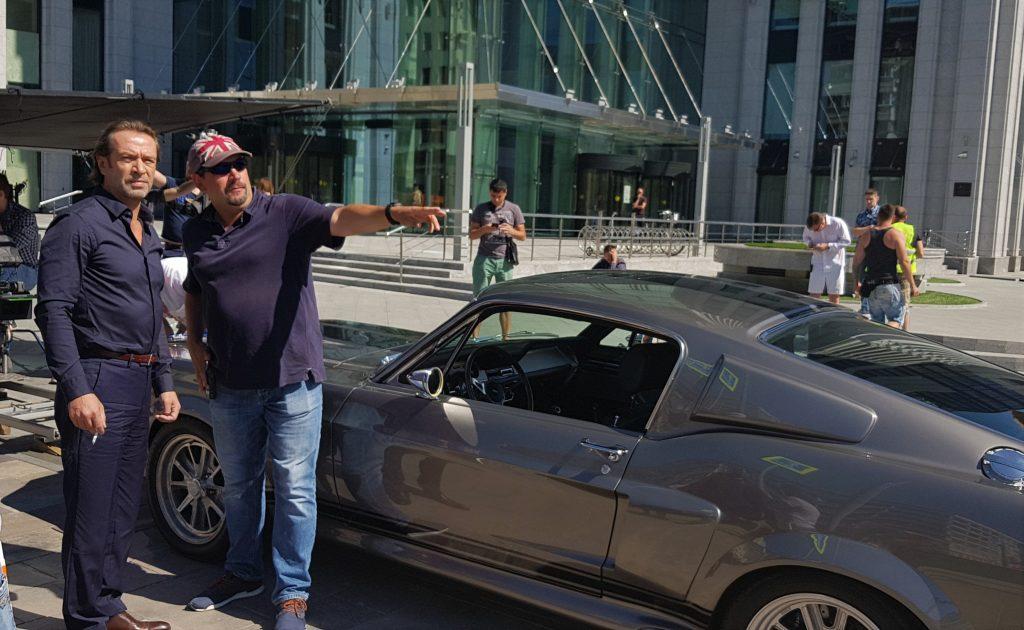 Актер Владимир Машков и постановщик трюков Алексей Силкин обсуждают автомобильную сцену.